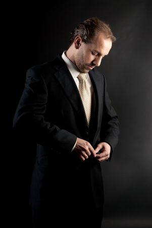 vistiendose: empresario buttoning chaqueta, vestirse, sobre fondo oscuro