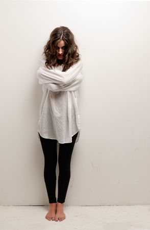 insanity: Joven loca con camisa de fuerza de pie mirando la c�mara