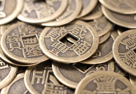 monedas antiguas: Antiguas monedas de bronce chinas de primer plano Foto de archivo