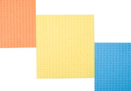 celulosa: tres esponjas de celulosa aisladas sobre fondo blanco