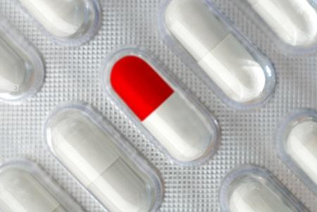 pilule: Rep cápsulas en papel de aluminio, Primer plano, aislado con la sombra