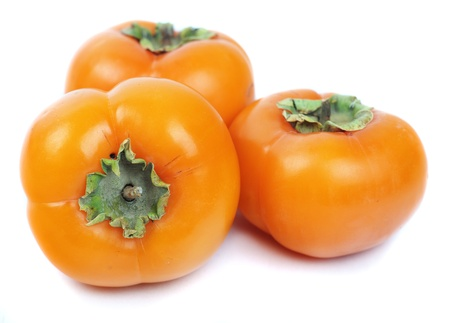 persimmon: tres caquis aisladas sobre fondo blanco