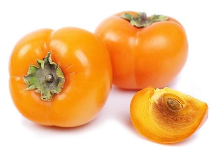 persimmon: tres caqui aislado en el fondo blanco