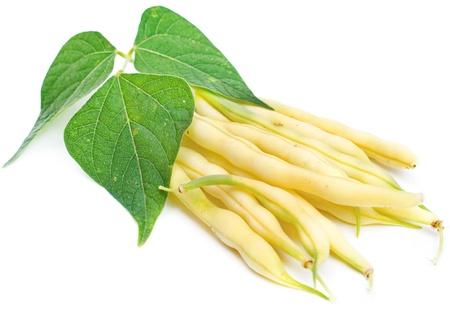白で隔離される葉と黄色の腎臓豆