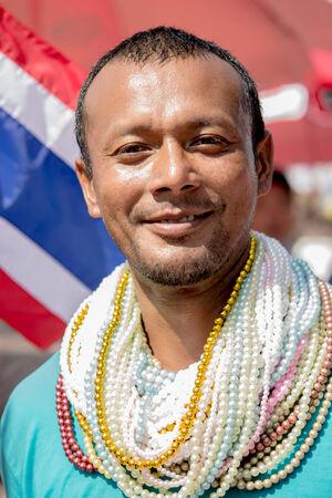 pattani thailand: Un hombre llevaba muchos collares de cuentas en la celebraci�n de la diosa el 14 de febrero de 2014 en Pattani, Tailandia.
