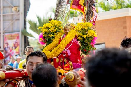 pattani thailand: Muchas personas est�n celebrar dioses chinos por llevar el palanqu�n que cruzar un r�o un paso al fuego el 14 de febrero de 2014 en Pattani, Tailandia. Editorial
