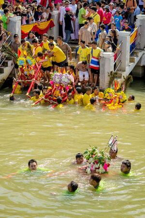 pattani thailand: Un chino palanquines diosa se realizan a trav�s del r�o por personas que tienen la fe el 14 de febrero de 2014 en Pattani, Tailandia.