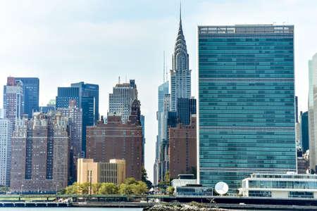Immeubles de bureaux et appartements sur la ligne d'horizon au coucher du soleil. Concept immobilier et voyage. Manhattan, New York, États-Unis.