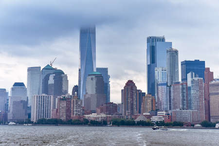 Cityscape of the financial district of Manhattan from Liberty Island, in a foggy day. Stockfoto