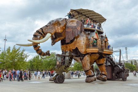 Nantes, Francja - 1 lipca 2017: Maszyny wyspy Nantes (Les Machines de l'île) to projekt artystyczny, turystyczny i kulturalny z siedzibą w Nantes we Francji. Letnia zabawa dla dzieci i dorosłych. Publikacyjne