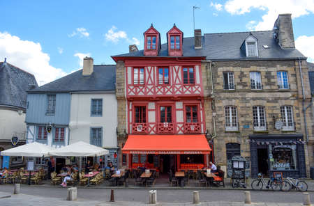 JOSSELIN, FRANCE - JULY 2, 2017: Tourists enjoying on the terraces of a sunny day in Josselin, a French town, located in the Brittany region Stockfoto - 133915731
