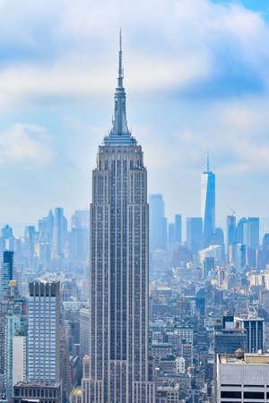 Iconica veduta aerea di New York in una giornata di sole. Raggi di sole tra i grattacieli e sfondo nuvoloso. Concetto di viaggio. New York, Stati Uniti d'America. Archivio Fotografico