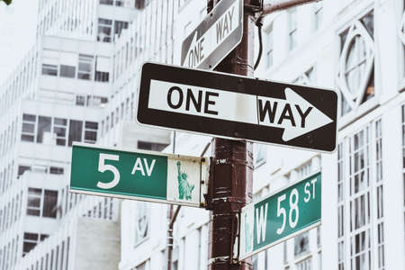 Señal de Nyc Street. 5th Ave. con 58th St, y la imagen de la Estatua de la Libertad. Concepto de viaje y transporte. Nueva York. Estados Unidos.