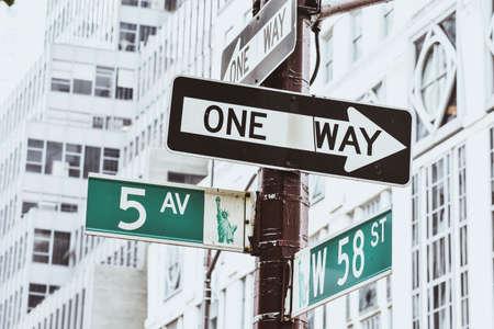 Signal an der New Yorker Straße. 5th Avenue mit 58th Street und Liberty Statue Bild. Reise- und Transportkonzept. New York City. Vereinigte Staaten.