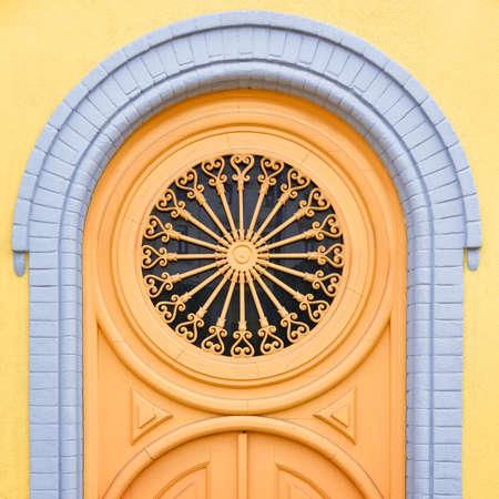 Colorful yellow door of the Alfama neighborhood. Lisbon, Portugal. Europe. Stockfoto - 136680417