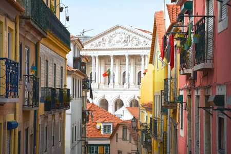 Balconies of old and colorful buildings on Travessa da Arrochela street on a sunny day in summer. Assembly of the Republic building in the background. Travel concept. Lisbon, Portugal. Europe. Stockfoto