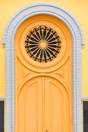 Colorful yellow door of the Alfama neighborhood. Lisbon, Portugal. Europe. Stockfoto - 136680932