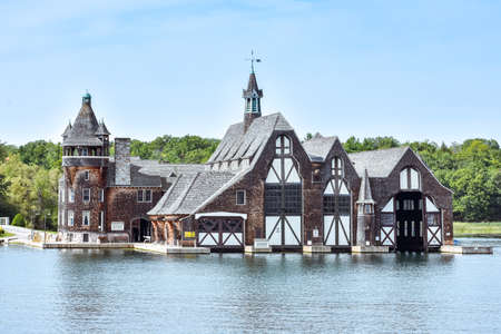 Old Yacht House during daytime in a blue clear sky background. Thousands Islands. Ontario, Canada. Stockfoto