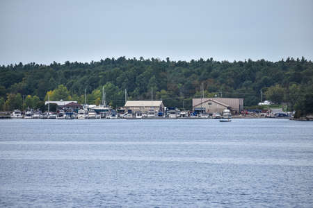 Marina harbor with boats and yacht at Thousands Islands, surrounded by a forest. Ontario, CanadaUnited States. Stockfoto