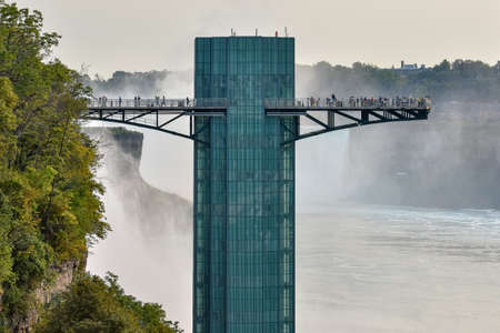 Close up of the observatory on the American side full of tourists and the waterfall in the background. Concept of travel and tourism. Niagara Falls, Canada United States Banque d'images