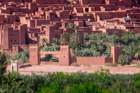 Daytime close up shot of Ksar de Ait Ben Haddou, with its abobe houses, surrounded by palm trees. Morocco. Stockfoto