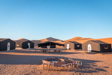 Desert camp and campfire in dunes of Erg Chigaga, at the gates of the Sahara. Morocco. Concept of travel and adventure. Stockfoto