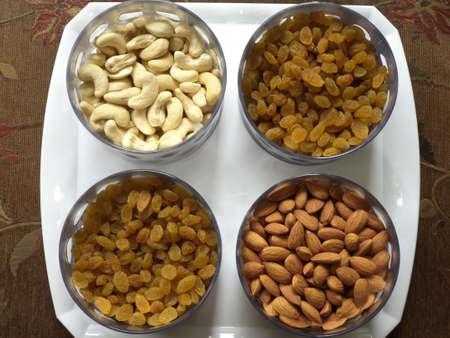 frutas secas: Las frutas secas dentro cuencos Foto de archivo