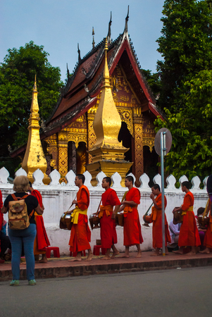 limosna: Luang Prabang, Laos - November 22, 2015 : Alms giving ceremony in front of Wat Xieng Thong