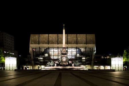 夜ライプツィヒ ・ ゲヴァントハウス前にライプツィヒでアウグストゥスの Mendebrunnen