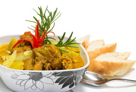 chicken curry: Spicy Chicken Curry mit Brot serviert