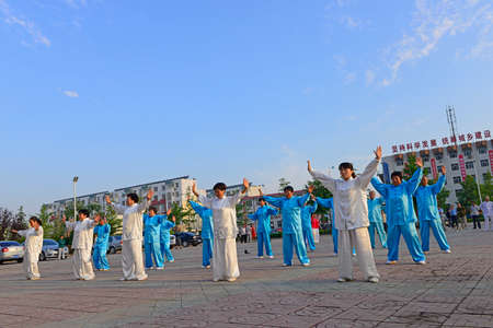 position d amour: Luannan - le 14 Juin: place dans le centre de la taijiquan performance collective litt�raire, le 14 Juin 2014, Luannan, province du Hebei, en Chine.