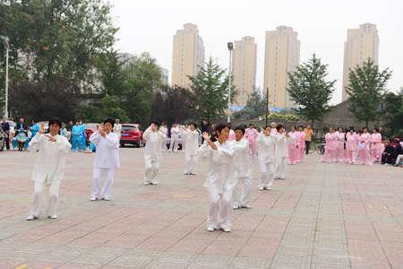 position d amour: Luannan - 20 Septembre: la performance collective taijiquan � des activit�s culturelles carr�, le 20 Septembre 2014, au sud de la rivi�re de Luanhe, Hebei, en Chine. �ditoriale