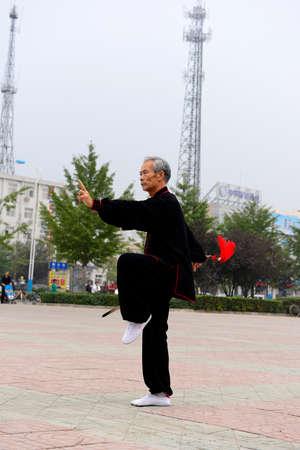 position d amour: Luannan - 20 Septembre: un vieil homme escrime en place des activit�s culturelles, la performance, le 20 Septembre 2014, au sud de la rivi�re de Luanhe, Hebei, en Chine. �ditoriale