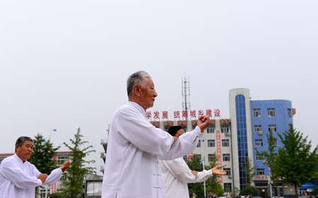 position d amour: Luannan - 20 Septembre: l'homme dans le tai chi chuan performant � des activit�s culturelles carr�s, le 20 Septembre 2014, au sud de la rivi�re de Luanhe, Hebei, en Chine.