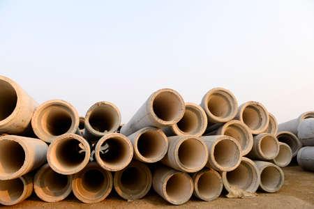 breakage: La rotura de la tuber�a de cemento apilados juntos Foto de archivo
