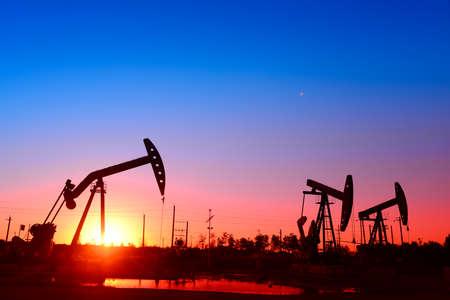 yacimiento petrolero: la unidad de bombeo en el yacimiento Foto de archivo