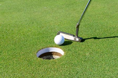 golf  ball: Jugar al golf en la hierba, primer plano