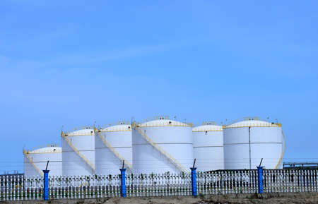 Store containers in chemical plants Фото со стока - 91668950