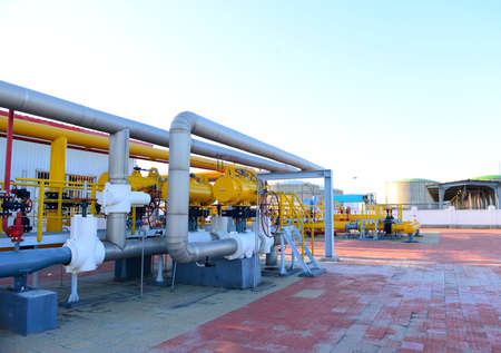 Oil pipe, oil field equipment at work 新聞圖片