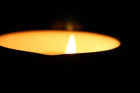reflexion: Vela en c�rculo de luz, con la reflexi�n sobre un fondo