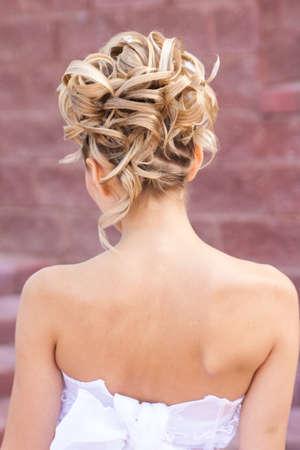 hochzeitsfrisur: Zur�ck von eleganten Hochzeit Frisur sehen in der Stra�enbeleuchtung
