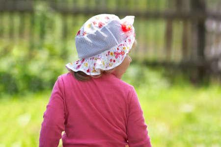Petite fille revient sur le parc Banque d'images - 40947206