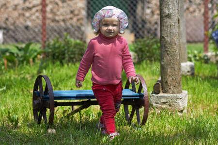 Petite fille sur le banc dans le parc Banque d'images - 40928507
