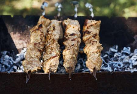 Shish kebab sur des brochettes sur le gril Banque d'images - 41640544