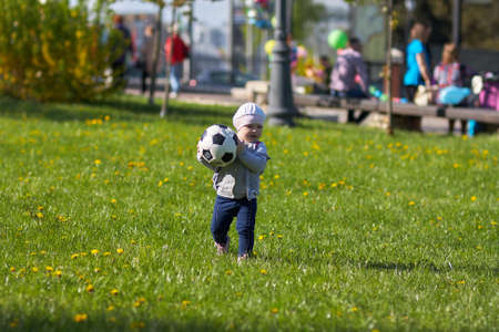 Peu fan de football actif en cours d'exécution sur le terrain de l'herbe verte avec le ballon Banque d'images - 43639167