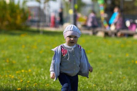 Belle heureuse petite fille de la nature dans le parc Banque d'images - 43641575