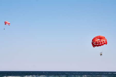 Parachutisme en mer, parachute ascensionnel avec un bateau sur la mer Banque d'images - 45228581