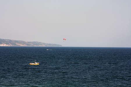 Parachutisme en mer, parachute ascensionnel avec un bateau sur la mer Banque d'images - 45292902