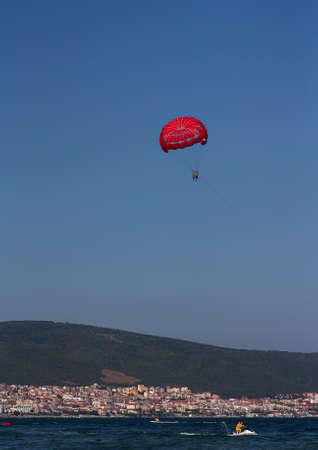 Parachute ascensionnel avec un bateau sur la photo verticale de la mer Banque d'images - 45294223