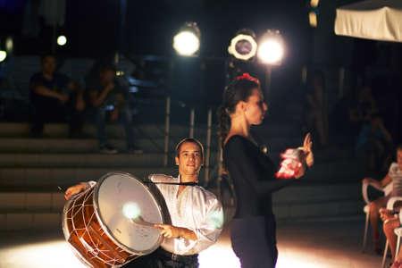 Sunny Beach, Bulgarie - le 17 Août, 2015: danses folkloriques bulgares - une petite représentation dans le hall pour les clients Banque d'images - 53643369